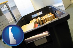 de map icon and a moving box in an empty office, during a relocation project