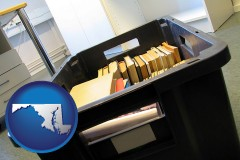 md map icon and a moving box in an empty office, during a relocation project