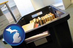 mi map icon and a moving box in an empty office, during a relocation project