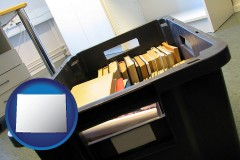 wy map icon and a moving box in an empty office, during a relocation project